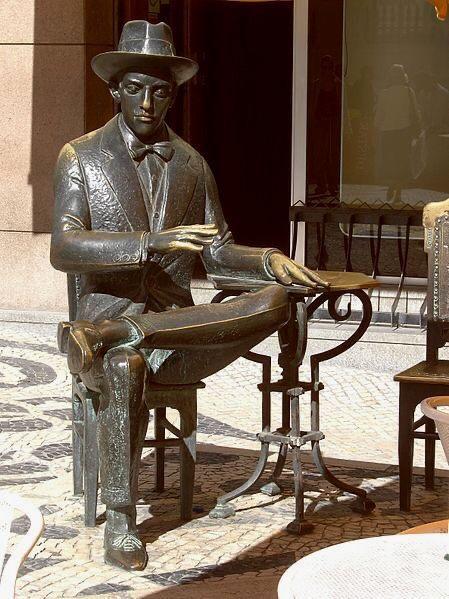 estátua de Fernando Pessoa em Lisboa , Portugal